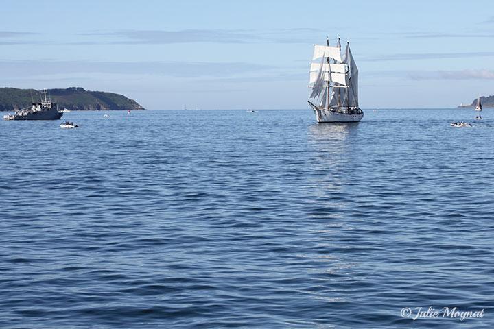 Un voilier sur la mer