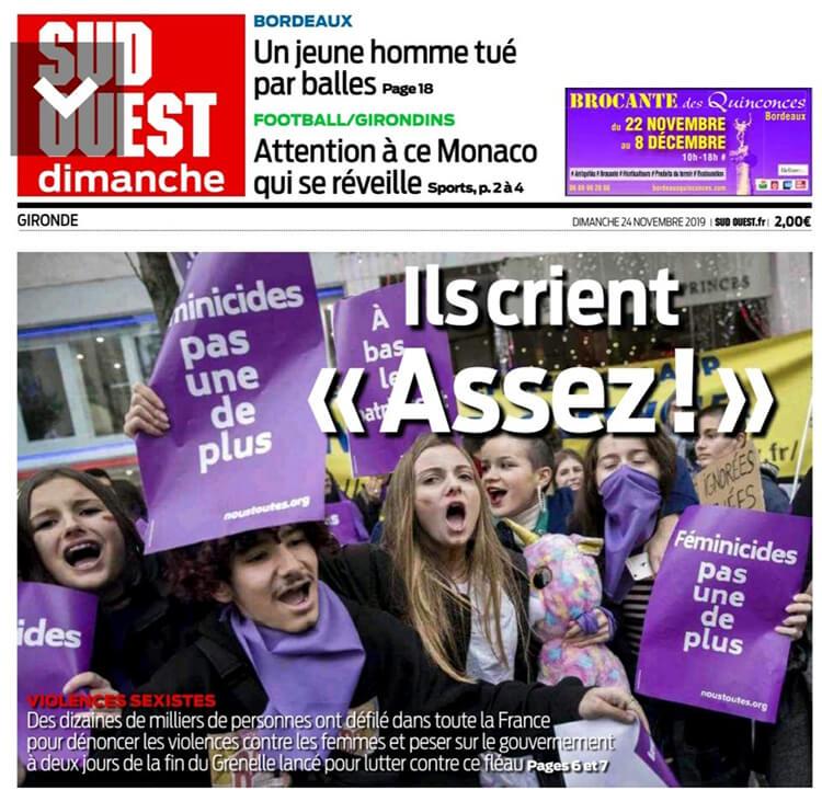 Une du journal Sud Ouest du 24 novembre 2019 qui titre « Ils crient Assez ! » sur une photo d'une manifestation majoritairement féminine où on voit un seul homme